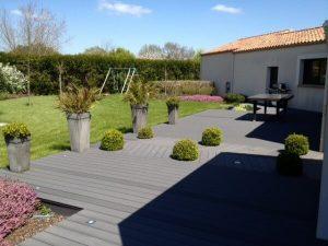 Pose d'une terrasse en bois composite par la menuiserie Merlet Luc en aménagement extérieur