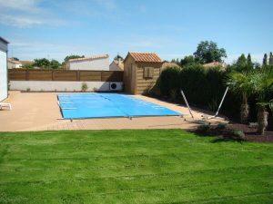Pourtour de piscine en bois par la menuiserie Merlet Luc en aménagement extérieur