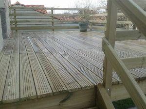 Terrasse sur pilotis par la menuiserie Merlet Luc en aménagement extérieur