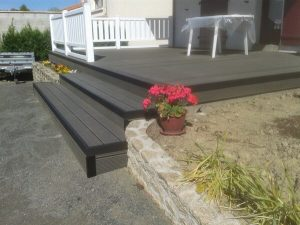 Escaliers et terrasse en bois par la menuiserie Merlet Luc en aménagement extérieur
