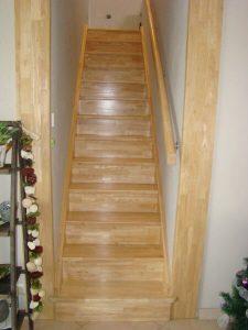 Fabrication d'un escalier en bois clair pour l'agencement intérieur sur Les Herbiers par Merlet Luc