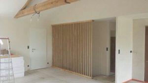 Séparation en bois clair pour l'agencement intérieur sur Les Herbiers par Merlet Luc
