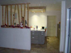 Fabrication et pose d'une cuisine avec bar et colonnes en bambou pour l'agencement intérieur sur Les Herbiers par Merlet Luc