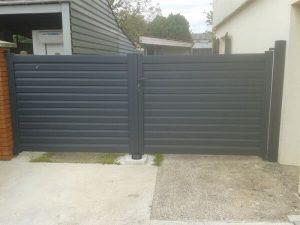 Pose de portail gris PVC par la menuiserie sur Les Herbiers, Luc Merlet